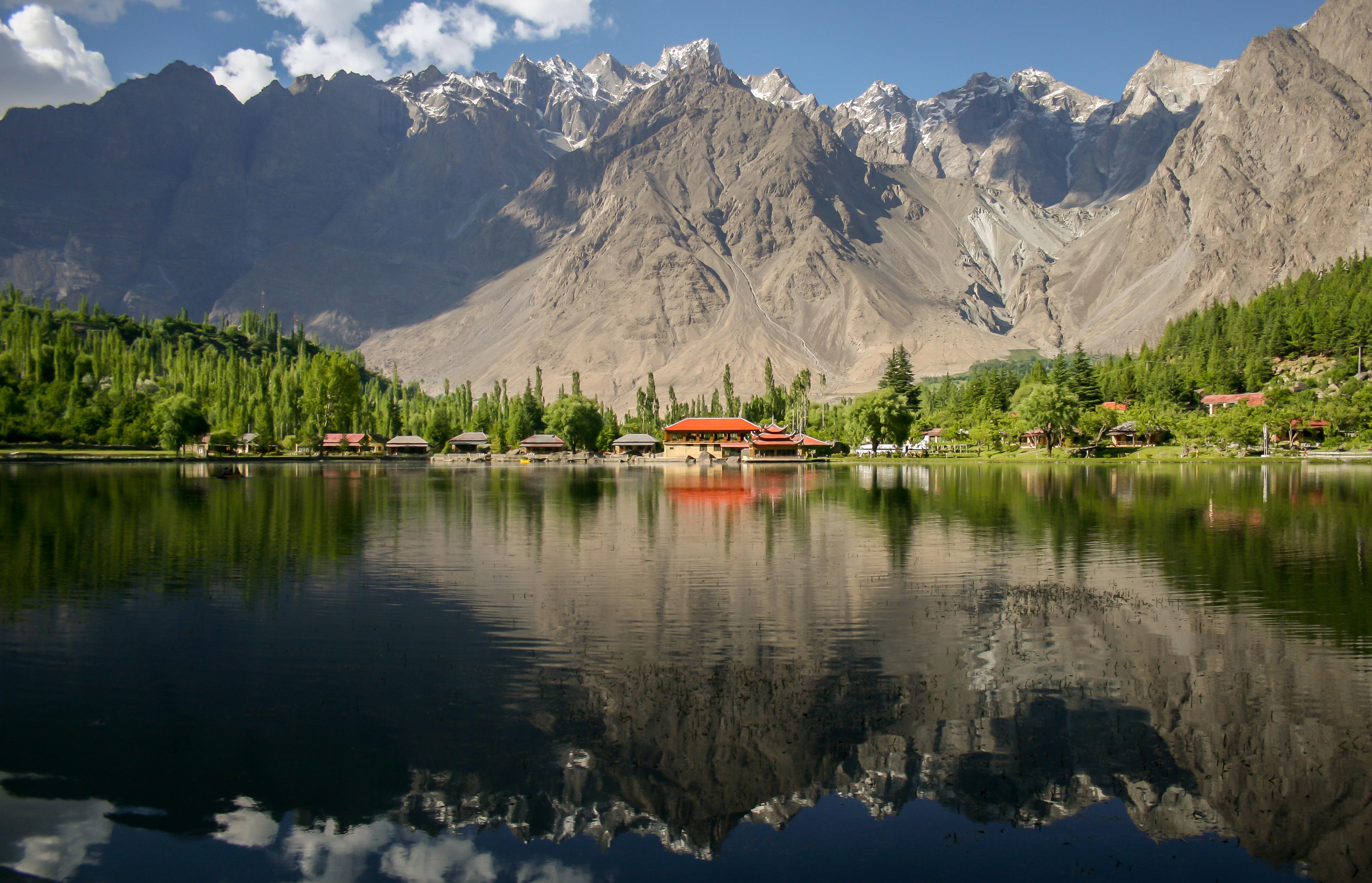"""Курорта """"Шангри-Ла"""", Скарду, Пакистан на брега на езерото Качура"""