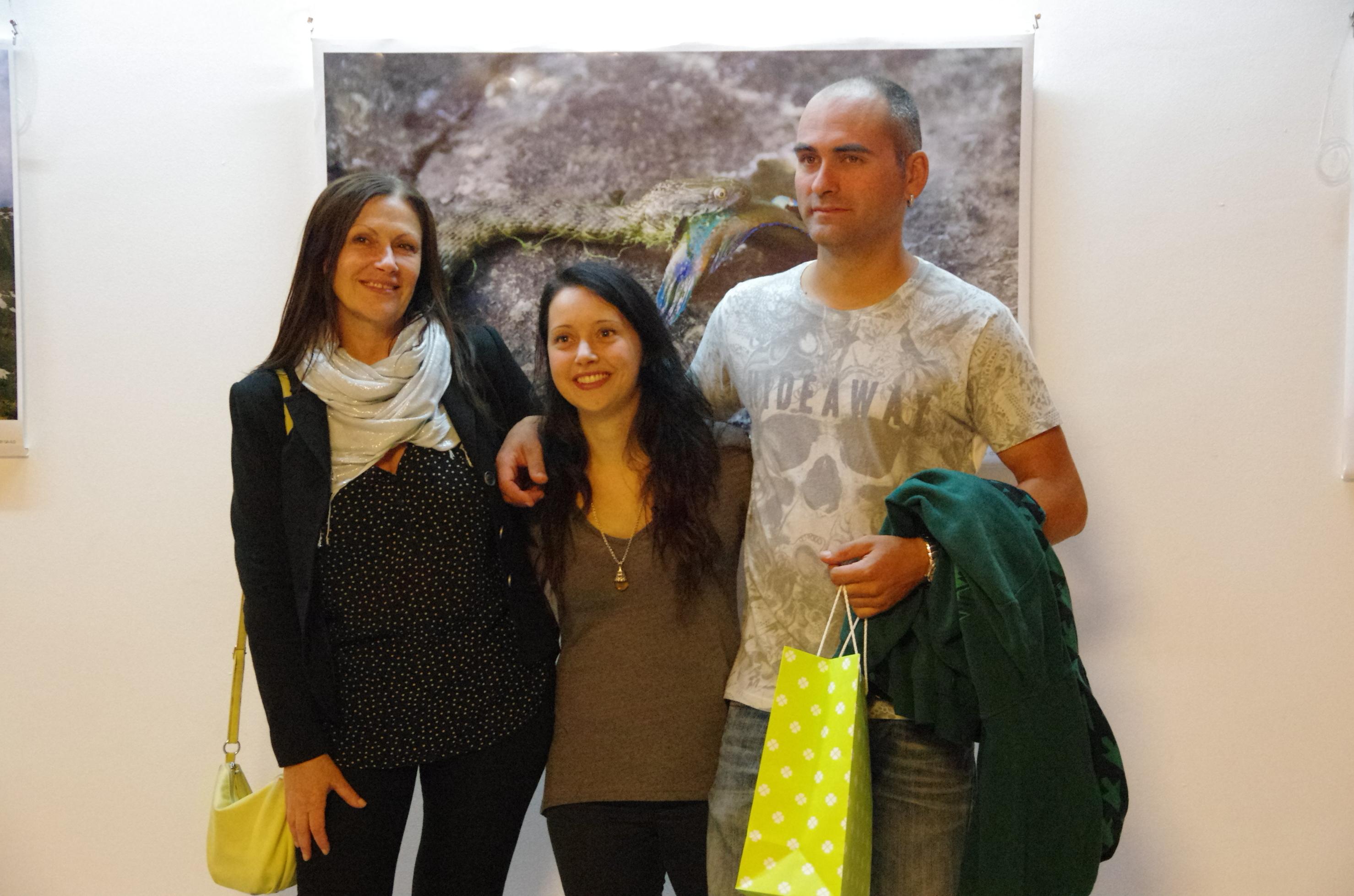 Победителката Йип Бош (в средата) със снимката си на заден план