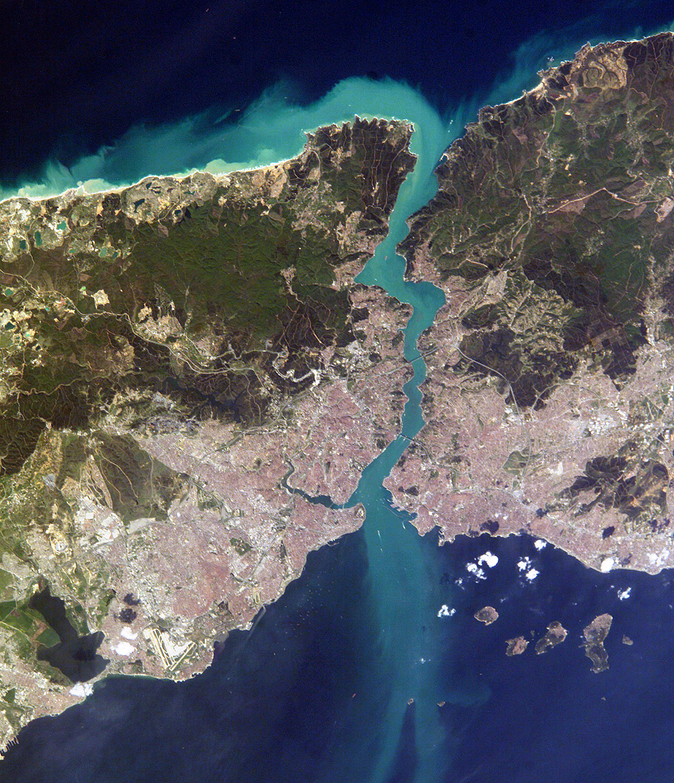 Истанбул, Турция. Изглед от Международната космическа станция на 16 април 2004.Снимка на NASA Earth Observatory, обществено достояние.